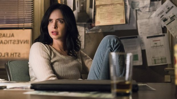 Jessica Jones w swoim biurze