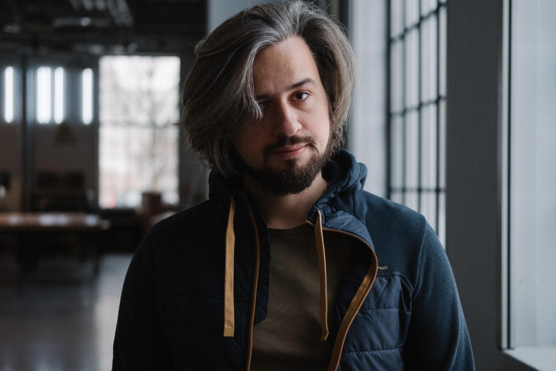 """Mroczna strona mediów społecznościowych – rozmowa z Jakubem Szamałkiem, autorem książki """"Kimkolwiek jesteś"""""""
